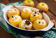 Apetyczni piec jabłka z chałupa serem Fotografia Stock