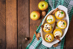 Apetyczni piec jabłka z chałupa serem Obraz Royalty Free