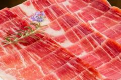 Apetyczni rżnięci kawałki hiszpańszczyzny leczyli wieprzowina baleron fotografia stock