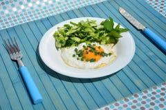 Apetyczni rozdrapani jajka z kapuścianą sałatką Zdjęcie Royalty Free