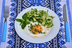 Apetyczni rozdrapani jajka z kapuścianą sałatką Zdjęcie Stock