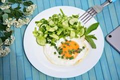 Apetyczni rozdrapani jajka z kapuścianą sałatką Obrazy Royalty Free