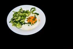 Apetyczni rozdrapani jajka z kapuścianą sałatką Obraz Stock