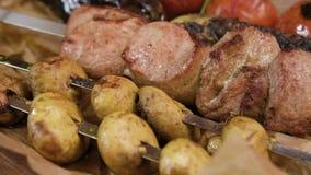 Apetyczny grilla grill mięso, shish kebab, pomidor, zucchini, oberżyna w górę zbiory