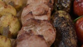 Apetyczny grilla grill mięso, shish kebab, pomidor, zucchini, oberżyna w górę zdjęcie wideo