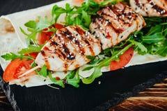 Apetyczny i wyśmienicie piec na grillu mięsny naczynie obrazy royalty free
