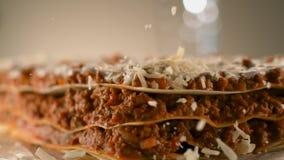 Apetyczny mięsny lasagna kropi z kawałkami kraciasty ser parmesan r Kamera Phanto zbiory wideo