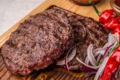 Apetyczny smażący wołowiny cutlet, dekorujący z ziele, pieprz, z kumberlandem Horyzontalna rama Obrazy Stock