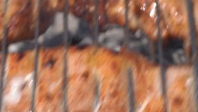 Apetyczny soczysty wieprzowina stku kucharstwo na metali skewers na outdoors węgla drzewnego grillu z fragrant ogienia dymem zbiory