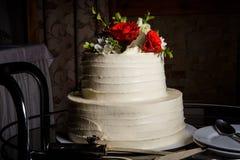 Apetyczny wielopoziomowy ślubny tort dekorował z czerwonymi różami fotografia stock
