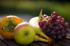 Apfel, banane, Trauben, kakifarbig, vetegarian Stockbild