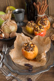Apfel mit Nuss Karamell Füllung Stock Images