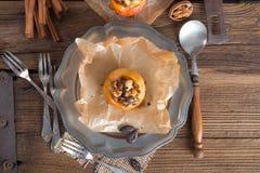 Apfel mit Nuss Karamell Füllung Stock Photos