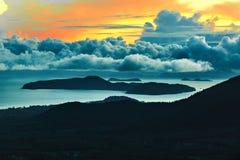 Apfelbaum, Sonne, Blumen, Wolken, Wiese? Szenische Ansicht des Sonnenuntergang-Himmels Landschaft background Lizenzfreies Stockfoto