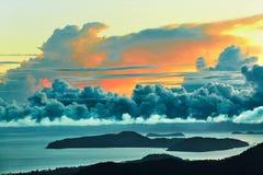 Apfelbaum, Sonne, Blumen, Wolken, Wiese? Szenische Ansicht des Sonnenuntergang-Himmels Landschaft background Lizenzfreie Stockfotos