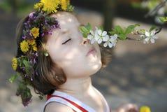Apfelbaumblumen des kleinen Mädchens riechende Lizenzfreie Stockfotografie