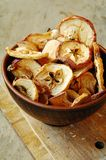 Apfelchips in der keramischen Teeschüssel Stockfotografie