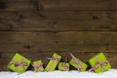 Apfelgrüne Weihnachtsgeschenke auf hölzernem Hintergrund für ein Geschenk c lizenzfreie stockbilder