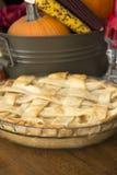 Apfelkuchen auf Danksagungstabelle stockfoto