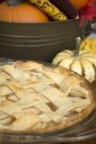 Apfelkuchen auf Danksagungstabelle Stockbild