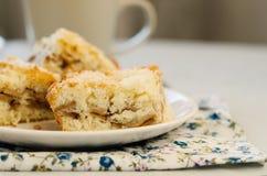 Apfelkuchen auf der Platte Lizenzfreie Stockfotografie