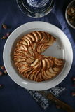 Apfelkuchen auf einer blauen Tischdecke lizenzfreies stockfoto