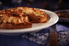 Apfelkuchen auf einer blauen Tischdecke stockfotos