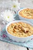 Apfelkuchen auf hölzernem Hintergrund Stockfoto
