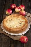 Apfelkuchen auf Holztisch Lizenzfreies Stockbild