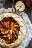 Apfelkuchen auf rustikalem hölzernem Hintergrund Stockfoto