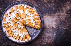 Apfelkuchen auf rustikalem Hintergrund Stockfoto