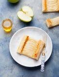 Apfelkuchen, Blätterteigstreifen mit Vanillevanillepudding Lizenzfreie Stockfotos