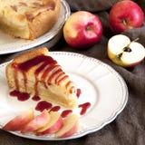 Apfelkuchen gedient mit rotem Sirup Lizenzfreie Stockfotografie