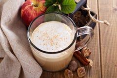 Apfelkuchen Latte mit Zimt und Sirup Stockfoto