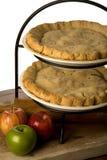 Apfelkuchen mit Äpfeln. Lizenzfreie Stockbilder