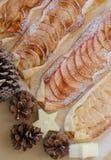 Apfelkuchen mit dem Zimt und Zucker, verziert mit Lizenzfreie Stockfotos