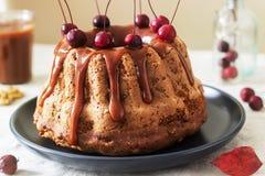 Apfelkuchen mit den Nüssen, verziert mit gesalzenem Karamell und kleinen roten Äpfeln Rustikale Art stockfotos