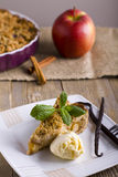 Apfelkuchen mit der Eiscreme, verziert mit Vanille, Minze und Zimt auf hölzernem Hintergrund Ein köstliches Stück des Kuchens mit Stockbild