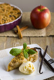 Apfelkuchen mit der Eiscreme, verziert mit Vanille, Minze und Zimt auf hölzernem Hintergrund Ein köstliches Stück des Kuchens mit Lizenzfreies Stockfoto