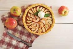 Apfelkuchen mit einer Schaufel der Eiscreme Stockbilder