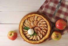 Apfelkuchen mit einer Schaufel der Eiscreme Lizenzfreies Stockbild
