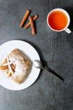 Apfelkuchen mit einer Tasse Tee auf dunklem Steinhintergrund Apfelkuchen-Apfel-Tasse Tee Stück des Kuchens Köstlicher Nachtisch Stockfotos