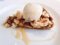 Apfelkuchen mit Eiscreme Stockbild