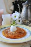 Apfelkuchen mit Eiscreme und Minze lizenzfreies stockfoto
