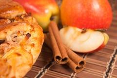 Apfelkuchen mit frischen Äpfeln Stockfotografie