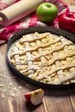 Apfelkuchen mit frischen Früchten und Bestandteilen Lizenzfreies Stockbild