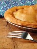 Apfelkuchen mit Gabel stockfotografie