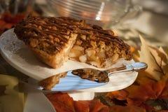 Apfelkuchen mit Gabel und Äpfeln Lizenzfreie Stockfotografie