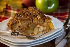 Apfelkuchen mit Gabel und Äpfeln Lizenzfreie Stockfotos