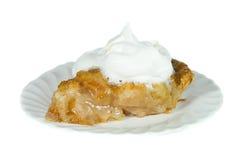 Apfelkuchen mit gepeitschter Sahne. Stockfotos